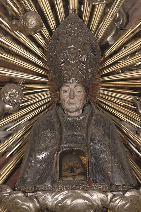 Busto relicario con el cráneo de Santo Tomás de Villanueva y urna con los huesos del santo.