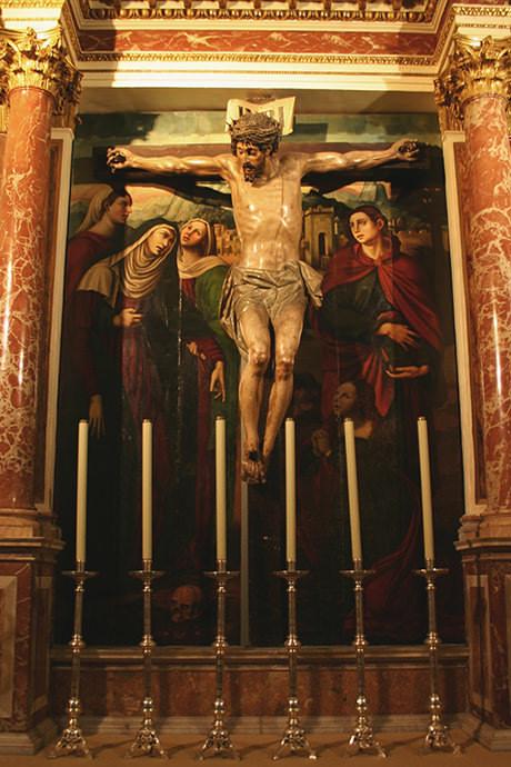 Calvario, representando a santa María, madre de Jesús y san Juan, el discípulo amado, junto a la cruz (Juan 19, 25).