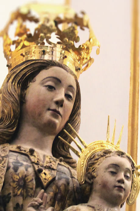 Mujeres embarazadas rezan ante esta imagen y dan nueve vueltas a la Catedral, en recuerdo de los nueve meses en los que santa María esperó a su Hijo Jesucristo.