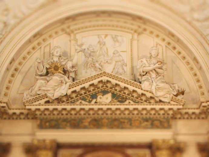 Alegorías de la Castidad (con una tórtola) y la Humildad (llevando una pelota y con una corona a sus pies).