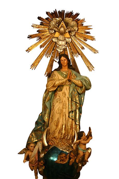 La Virgen María fue concebida sin pecado original. Esta imagen la representa aplastando la serpiente diabólica del paraíso.