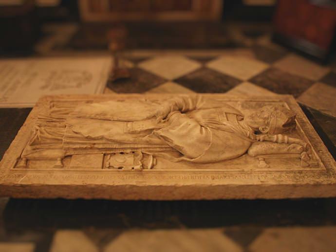 Lápida de la primera sepultura de Santo Tomás de Villanueva.