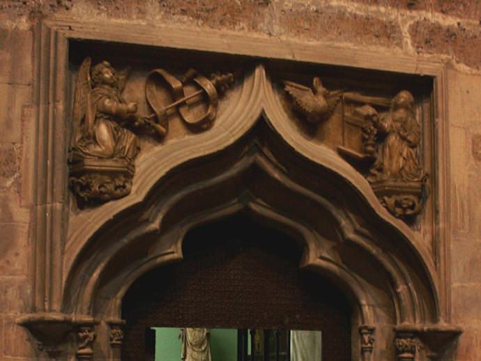 Puerta con relieve de la Anunciación.