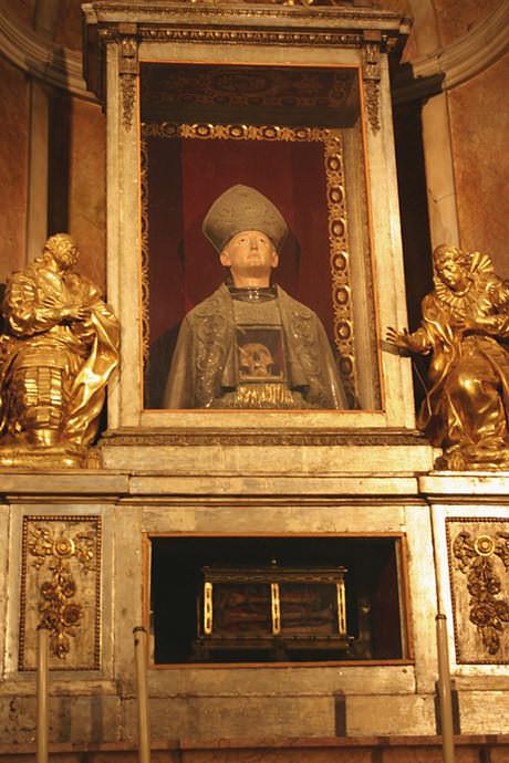 San Luís, obispo de Toulousse, murió en Marsella a los veintitrés años. En su capilla, recibe la veneración de sus padres.