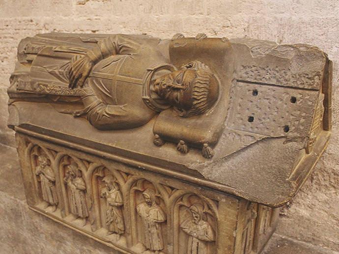 Sepulcros góticos en el pasadizo de la Capilla del Santo Cáliz.