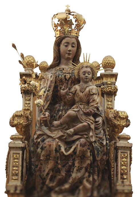 Virgen del Coro, creada con el mismo material que los ventanales góticos, piedra alabastrina policromada.